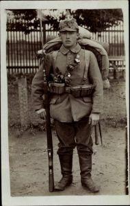Foto Ak Deutscher Soldat in Uniform, Standportrait, Ausrüstung, Gewehr, Bajonett, Rucksack