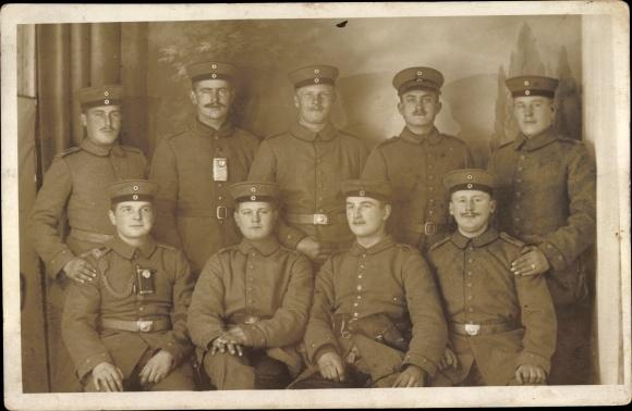 Foto Ak Deutsche Soldaten in Uniformen, Gruppenportrait, Taschenlampen, Pistolenetui, I. WK