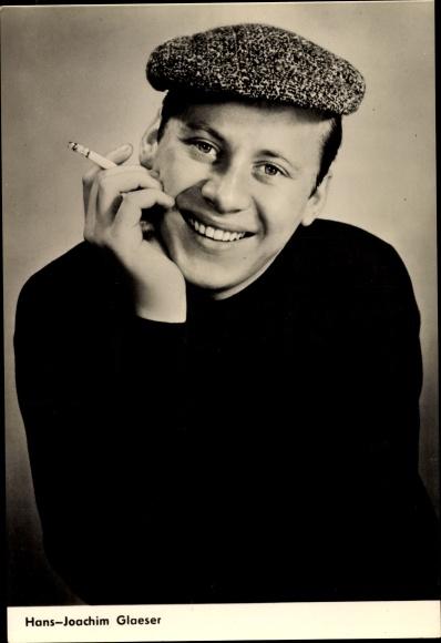 Ak Schauspieler Hans Joachim Glaeser, Portrait, Zigarette, Mütze, Defa, Eine Berliner Romanze