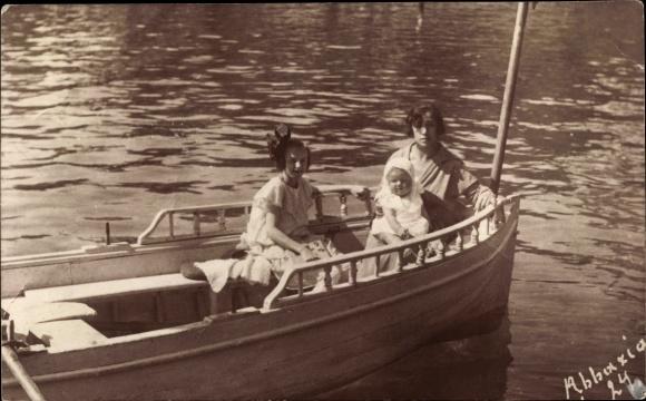 Foto Ak Opatija Abbazia Kroatien, Mutter mit Tochter und Baby, Boot