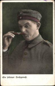 Ak Ein seltener Hochgenuss, Soldat mit Zigarre