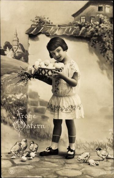 Ak Glückwunsch Ostern, Mädchen mit Eierkorb, Küken, Weidenkätzchen