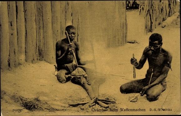 Ak Deutsch Südwestafrika, Ovambos beim Waffenmachen