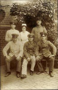 Foto Ak Deutsche Soldaten in Uniformen, Lazarett, Krankenschwester