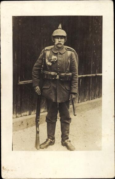 Foto Ak Deutscher Soldat in Uniform, Standportrait, Pickelhaube, Gewehr