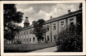 Ak Milovice nad Labem Milowitz Mittelböhmen, Gebäude, Uhrenturm, Kaserne?