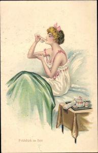 Künstler Ak Frühstück im Bett, Junge Frau in Nachthemd
