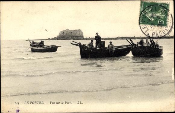 Ak Le Portel Pas de Calais, Vue sur le Fort, bateaux sur la plage, hommes