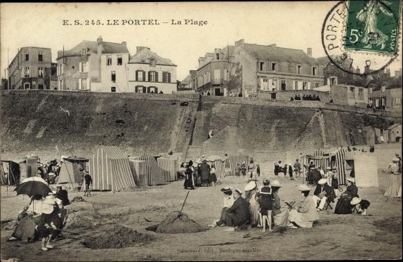 Ak Le Portel Pas de Calais, La Plage, tentes, visiteurs, maisons, parasols