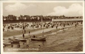 Ak Świnoujście Swinemünde Pommern, Ostseebad, Strandpartie, Blick vom Wasser, Badegäste, Seebrücke