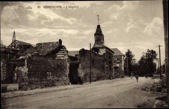 Ak Montdidier Somme, L'Hopital, ruine, vue extérieure, rue, passants