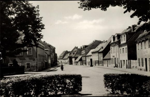 Ak Königsbrück in der Oberlausitz, Kamenzer Straße, Motorradfahrer, Hecke, Bäckerei