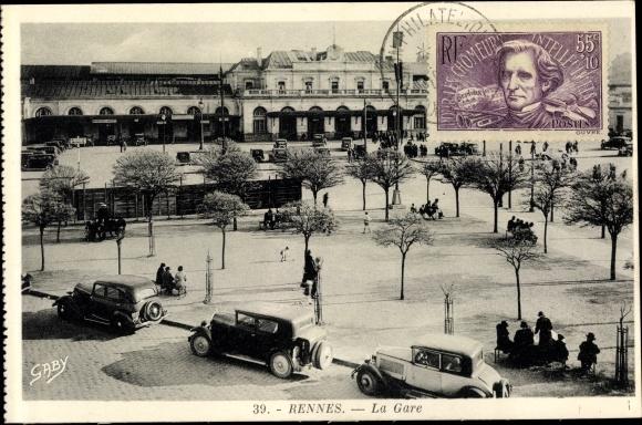 Ak Rennes Ille et Vilaine, La Gare, vue extérieure d'en haut, voitures garées, gens