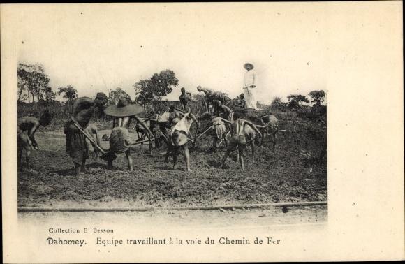 Ak Dahomey Benin, Equipe travaillant à la voie du Chemin de Fer