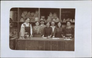 Foto Ak Frauen und Mann hinter einer Theke in einem Geschäft, Handlung, Kartons, Verkäuferinnnen
