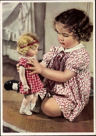 Ak Mädchen mit einer Käthe Kruse Puppe