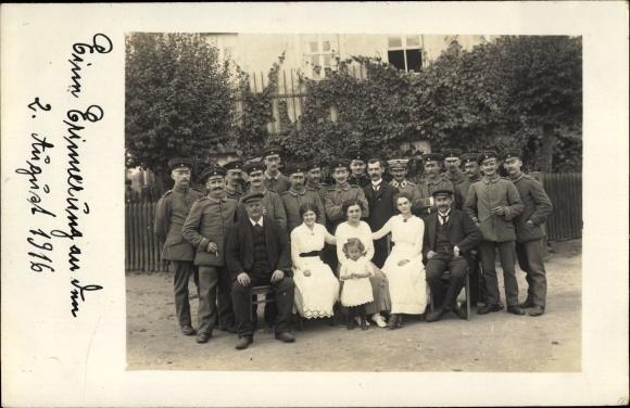 Foto Ak Königsbrück in der Oberlausitz, Gruppenportrait, Soldaten, Männer, Frauen und Kind
