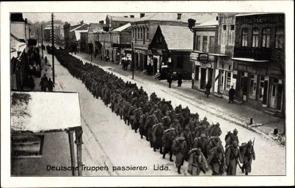 Ak Lida Weißrussland, Deutsche Truppen passieren die Stadt auf dem Weg zur Front, I. WK
