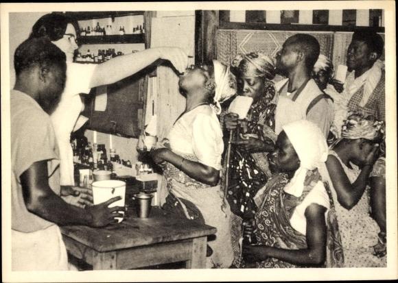Ak Lambarene Togo, Schwester der Missionsstation verabreicht Medikamente, Apotheke, 1956
