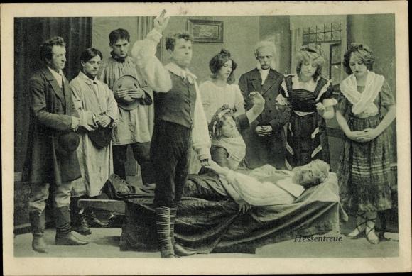 Ak Theaterszene Hessentreue, Schauspieler, Totenbett