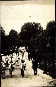 Foto Ak Männer in weißen Uniformen auf Fahrrädern, Mützen