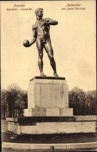 Ak Dresden, Sportplatz Lenne Str., Statue Ballwerfer von Daniel Fabriclus, Totalansicht