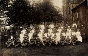 Foto Ak Soldaten im Lazarett, Krankenschwestern, Gruppenportrait