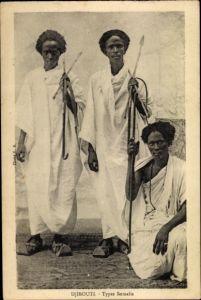 Ak Dschibuti Djibouti, trois hommes Somalies, portrait, lances, vêtements traditionnels, sandales