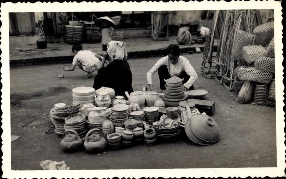 Foto Ak Vietnam, Marchand de poteries, Händler mit Töpferwaren 0