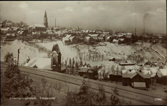 Ak Johanngeorgenstadt im Erzgebirge Sachsen, Totalansicht von Ort, Schneelandschaft 0