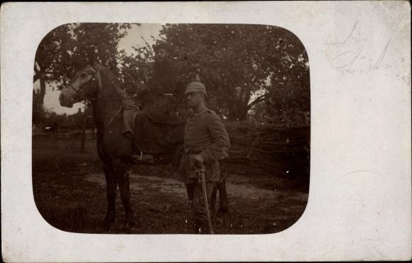 Foto Ak Deutsche Soldaten in Uniformen, Pickelhaube, Pferd 0