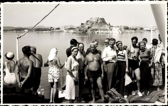 Foto Ak Passagierschiff, Touristen, Badeanzüge, Küste, Gruppenfoto