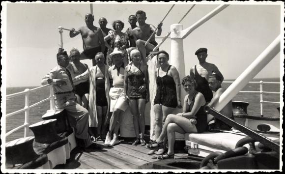 Foto Ak Passagierschiff, Touristen, Badeanzüge, Gruppenfoto