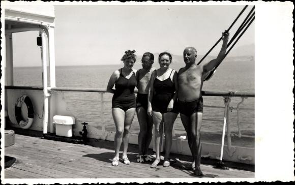 Foto Ak Passagierschiff, Touristen, Badeanzüge, Rettungsring, Dubrovnik 0