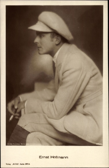 Ak Schauspieler Ernst Hofmann, Portrait, Zigarette, Mütze