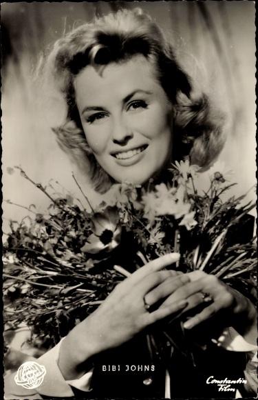 Ak Schauspielerin Bibi Johns, Portrait mit Blumenstrauß