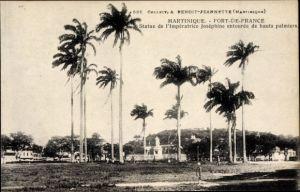Ak Fort de France Martinique, Statue de l'Impératrice Joséphine entourée de hauts palmiers