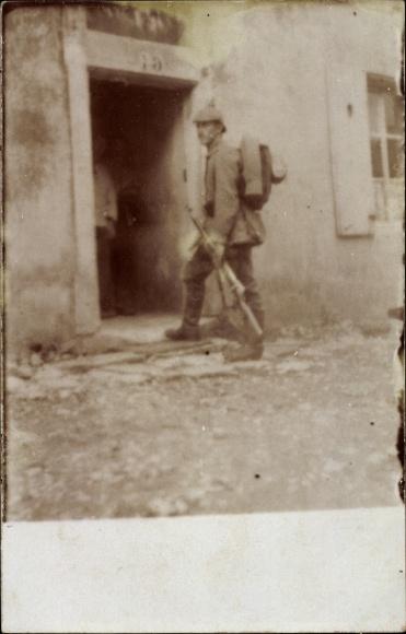 Foto Ak Deutscher Soldat in Uniform, Gewehr, Pickelhaube, Rucksack