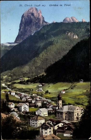 Ak St. Ulrich in Gröden Ortisei Südtirol, Totalansicht vom Ort, Vogelschau, Berg, Wald