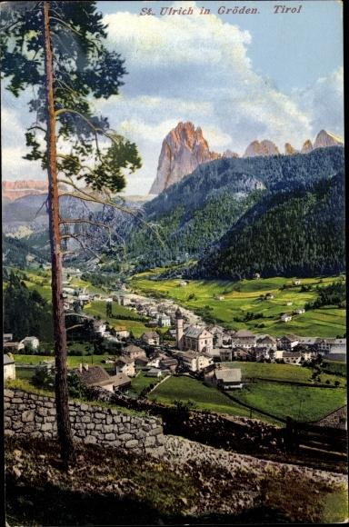 Ak St. Ulrich in Gröden Ortisei Südtirol, Gesamtansicht vom Ort, Kirche, Talblick, Berglandschaft