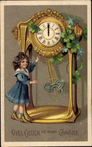 Präge Ak Glückwunsch Neujahr, Uhr, Kleeblätter, Hufeisen, Mädchen