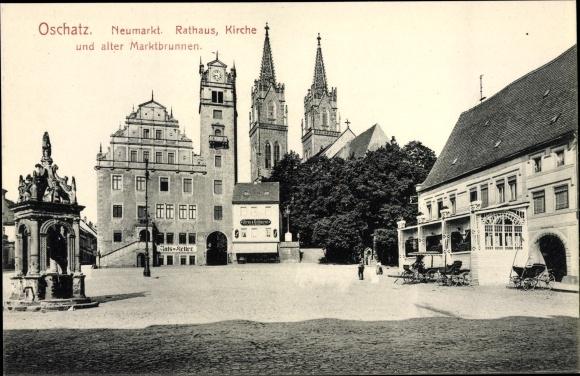 Ak Oschatz in Nordsachsen, Neumarkt, Rathaus, Kirche, alter Marktbrunnen, G. Uhren u. Goldwaren