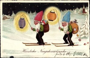 Ak Glückwunsch Neujahr, Zwerge auf Skiern, Laternen