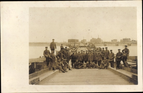 Foto Ak Deutsche Soldaten in Uniformen, Pioniere?, Schiffbrücke, I. WK
