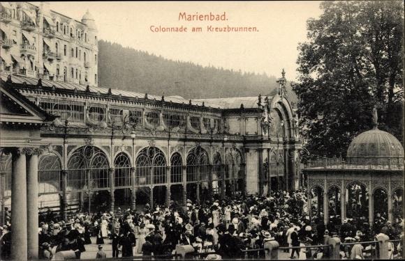 Ak Mariánské Lázně Marienbad Reg. Karlsbad, Kolonnade am Kreuzbrunnen