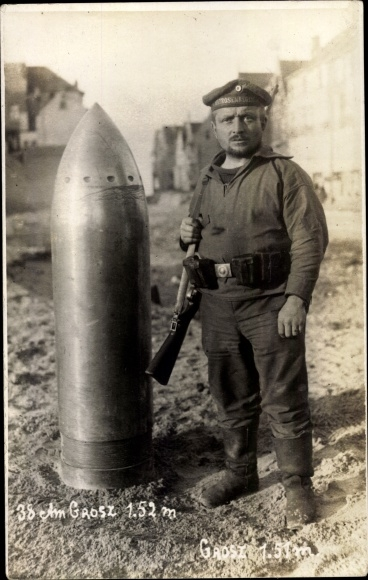 Foto Ak 38cm Großkaliber Projektil, 1.52m hoch, Soldat Grosz, 1.51m hoch, Soldat