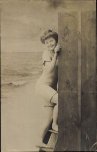 Ak Frau im Badeanzug am Strand