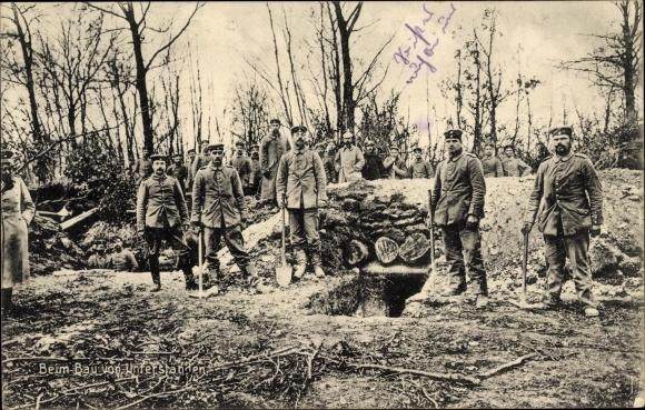Ak Soldaten bei dem Bau von Unterständen, I. WK
