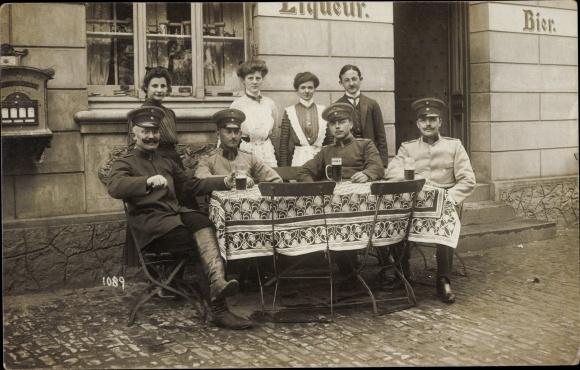 Foto Ak Soldaten vor einem Gasthaus, Uniformen, Kellnerinnen