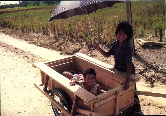 Ak Mana Guyane Française Französisch Guayana, Jeunes Hmong au retour des champs, parapluie